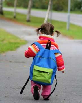 bambina per strada