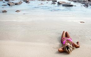 sdraiata in riva al mare