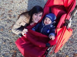 mamma e bambino nel passeggino