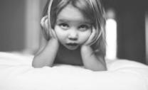 bambina annoiata