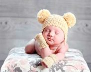 neonato con guanti