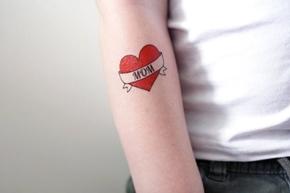 Mamma fa tatuare il figlio da un sedicenne