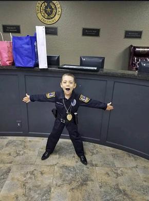 Bimba con il tumore diventa poliziotto