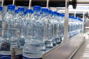 Stop alle bottiglie di plastica nelle scuole