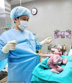 neonato trattiene il medico con la manina