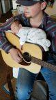 papà suona la ninna nanna per la figlia