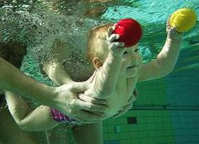bebè in piscina
